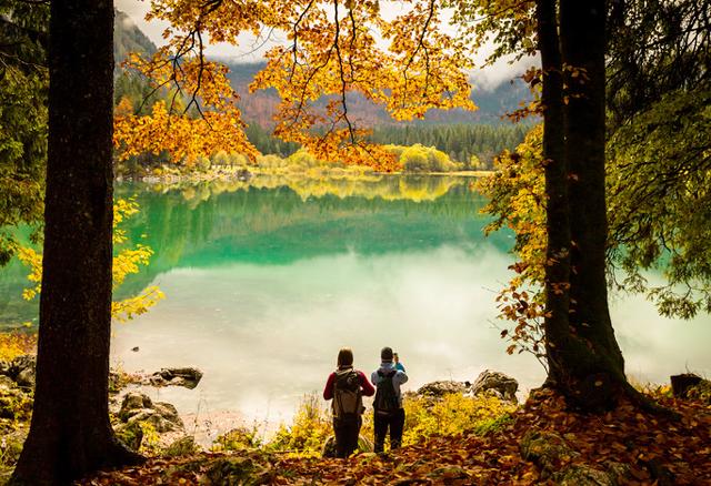 自然を楽しむカップル