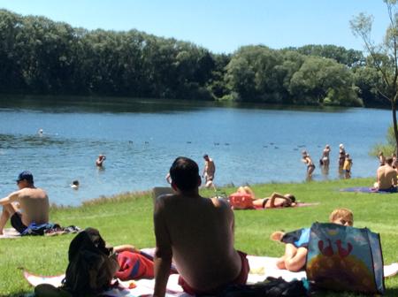 湖でくつろぐ