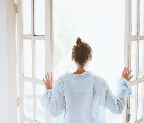 新たな扉をあける女性